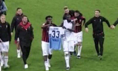 Milan-Lazio, Bakayoko e Kessié espongono la maglia di Acerbi