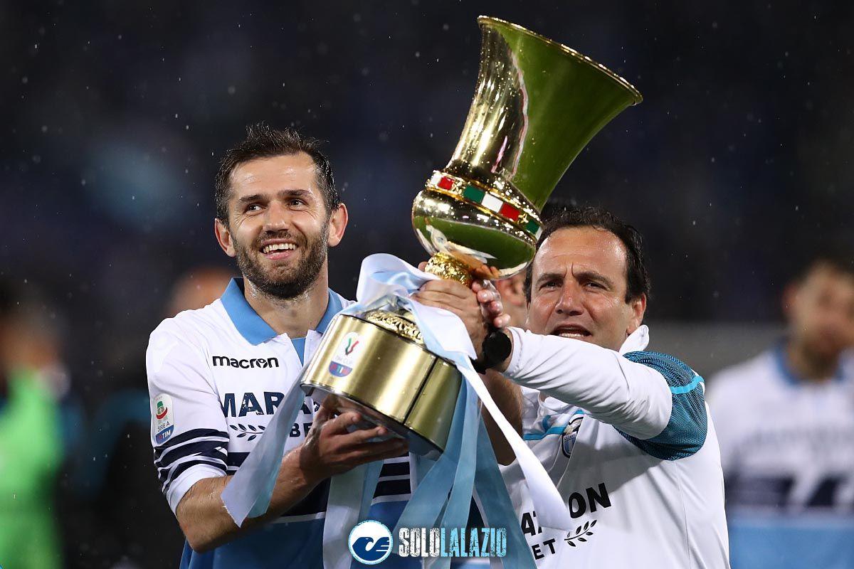 Lazio-Bologna, giro di campo con la Coppa Italia