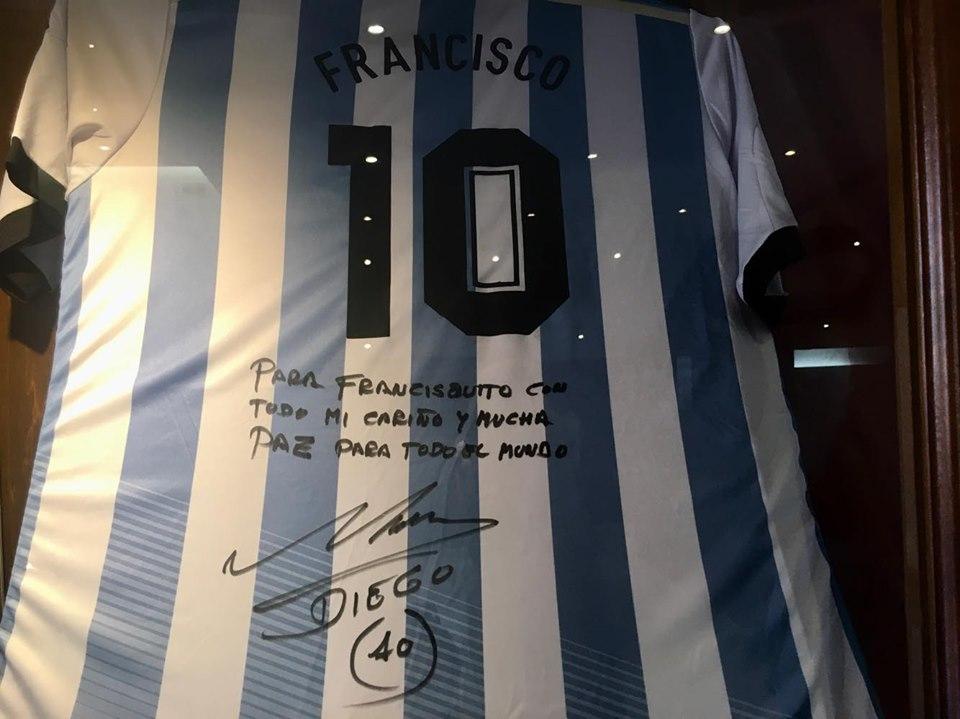 Papa Francesco, maglia Maradona