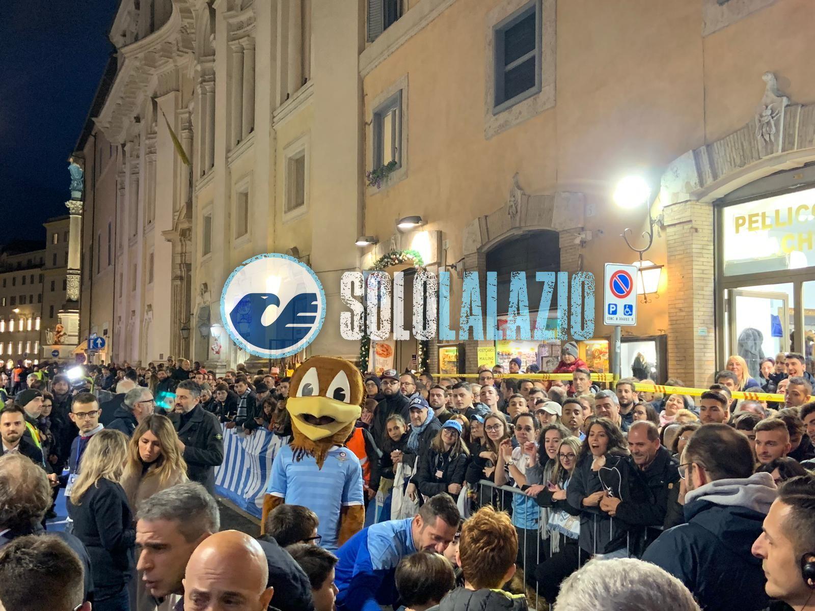 Selfie e cori, popolo biancoceleste in festa per il nuovo Lazio Store