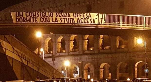 """Lazio, spunta lo striscione: """"Dormite con la stufa accesa!"""""""